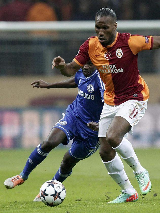 Ramires z Chelsea (vlevo) a Didier Drogba v dresu Galatasaraye Istanbul.