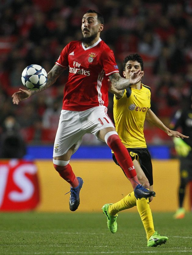 Kostas Mitroglu z Benfiky při utkání s Dortmundem.