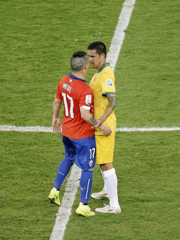 Zkušený Australan Tim Cahill (vpravo) v ostré výměně názorů s Chilanem Garym Medelem během utkání skupiny B na MS.