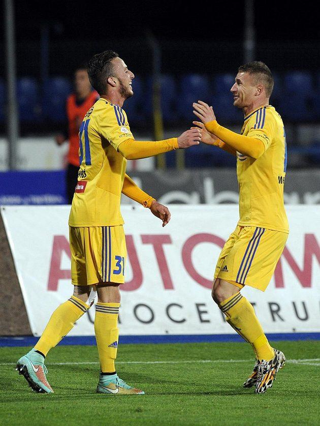 Matěj Hybš (vlevo) a Muris Mešanović z Jihlavy se radují z gólu.