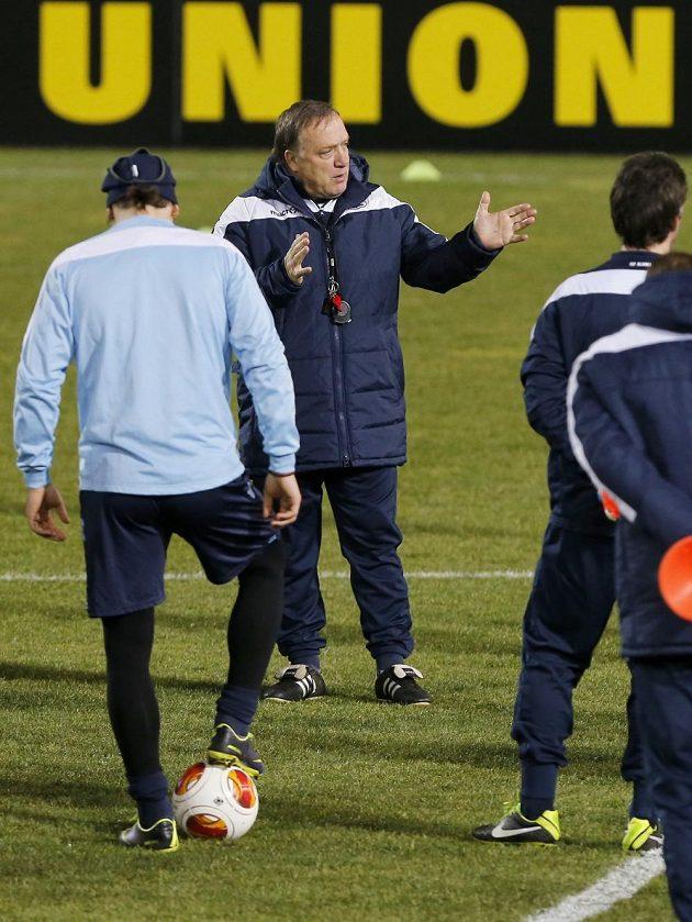 Kouč Dick Advocaat (uprostřed) s hráči Alkmaaru při tréninku.