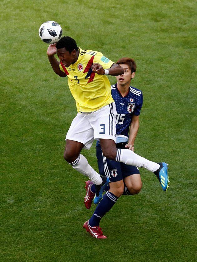Oscar Murillo (vlevo) z Kolumbie v souboji s Jujou Ósakem z Japonska.