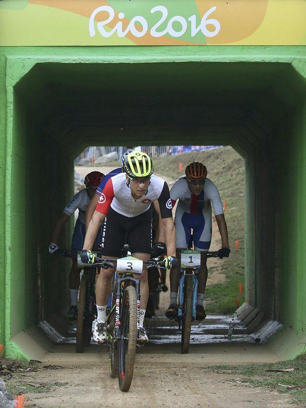 Průjezd tunelem při olympijském závodu bikerů. Na čele Švýcar Nino Schurter, za ním Jaroslav Kulhavý.
