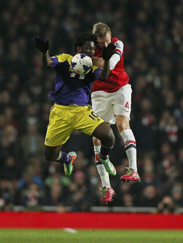 Útočník Swansea Wilfried Bony (vlevo) ve vzdušném souboji s Perem Mertesackerem z Arsenalu.