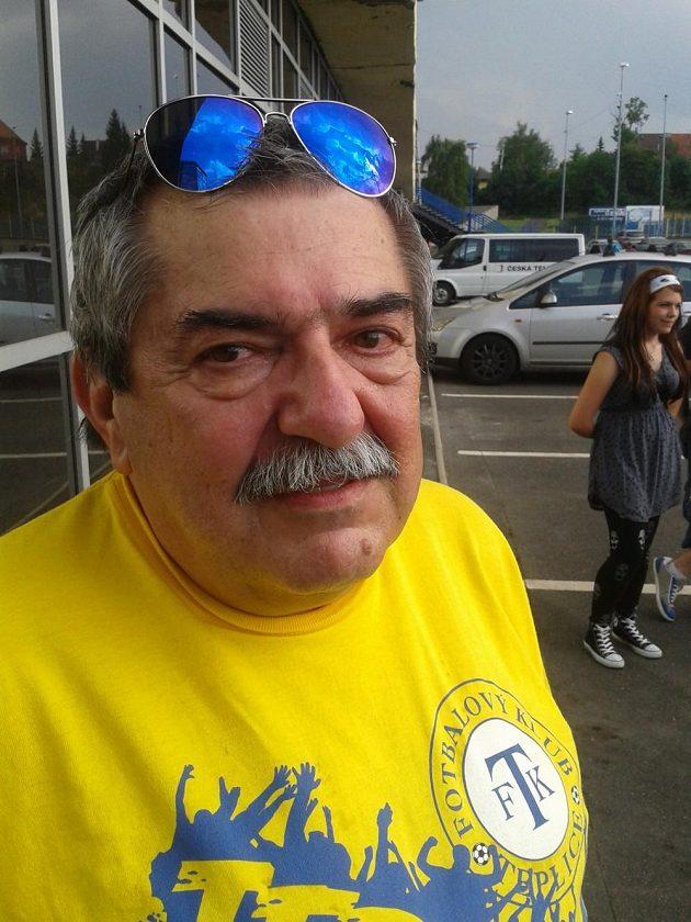 Teplický fanoušek Břetislav Kudrnáček přišel na stadión uctít památku ředitele klubu Františka Hrdličky, který v sobotu dopoledne zemřel ve věku 57 let.