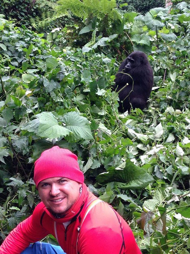 Martin Prokop v džungli s gorilou.