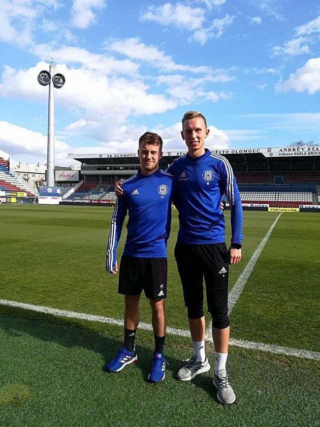 Fotbalisté Ondřej Hapal (vlevo) a Radek Látal na trávníku Androva stadionu v Olomouci.