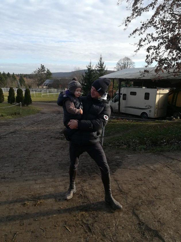 Parkurový jezdec Aleš Opatrný se svým mladším synem Oliverem na ranči v Hořovicích.