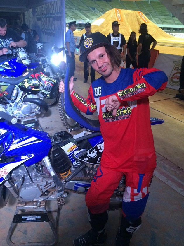 Libor Podmol a jeho poničená motorka po posledním závodě v Číně.