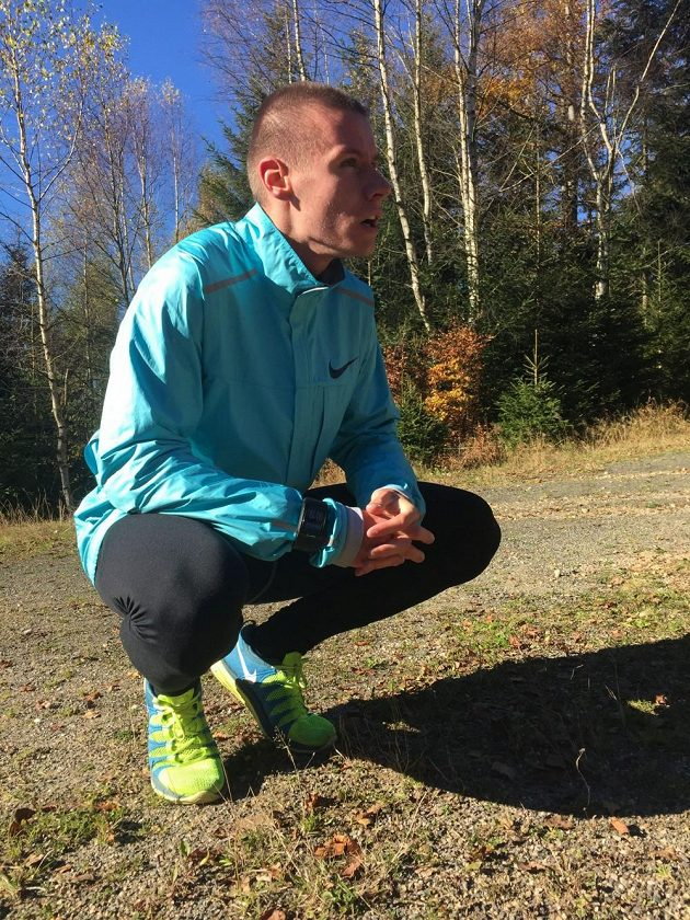 Pavel Maslák odpočívá po tréninku v Harrachově.