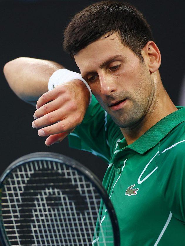 Srb Novak Djokovič při duelu se Švýcarem Rogerem Federerem.