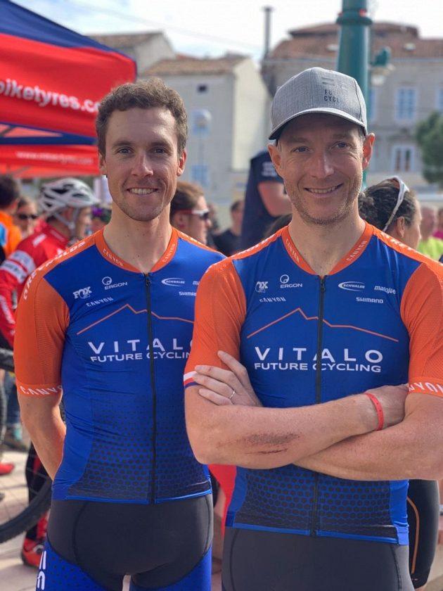 Kristian Hynek z týmu Vitalo Future Cycling a jeho týmový parťák Martin Stošek (vlevo).