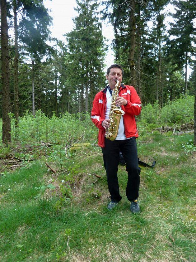 GutsMuths – Rennsteiglauf: Uprostřed lesa povzbuzuje běžce nadšený hráč na saxofon
