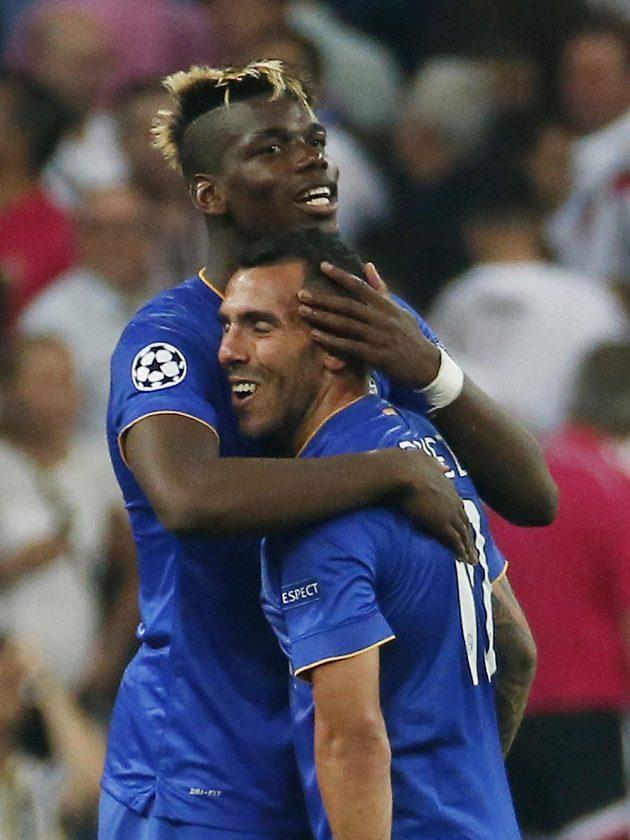 Opory Juventusu Paul Pogba a Carlos Tévez se radují z postupu do finále Ligy mistrů.