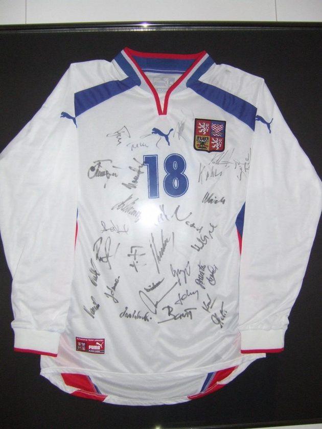 Dres s podpisy je památkou na zápas českého týmu v roce 2001. Tehdy v Reykjavíku prohrál 1:3...