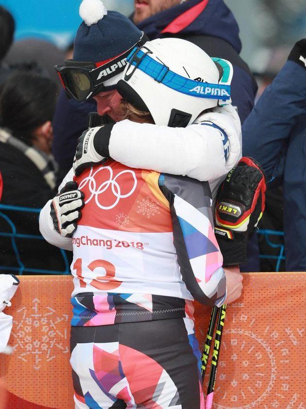 Českou skikrosařku Nikol Kučerovou utěšoval v cíli jeden z jejích trenérů Vladimír Augusta.