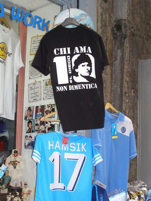 Maradonova podobizna je na řadě triček v obchodech v centru Neapole.