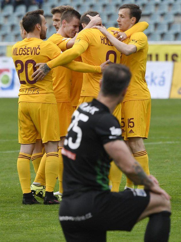 Hráči Dukly se radují z gólu Jana Holendy (v hloučku druhý zprava). V popředí zklamaný příbramský obránce Martin Jiránek.