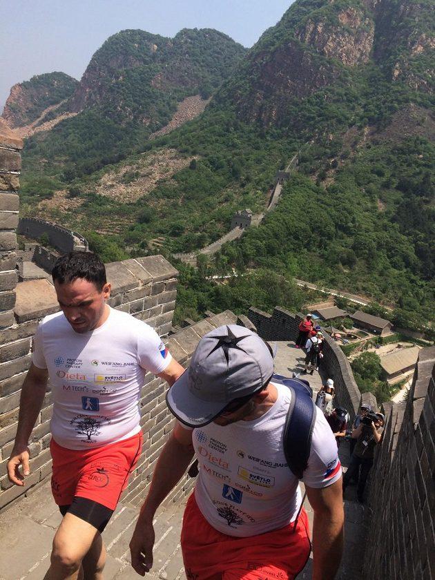 Zdolávání Velké čínské zdi.