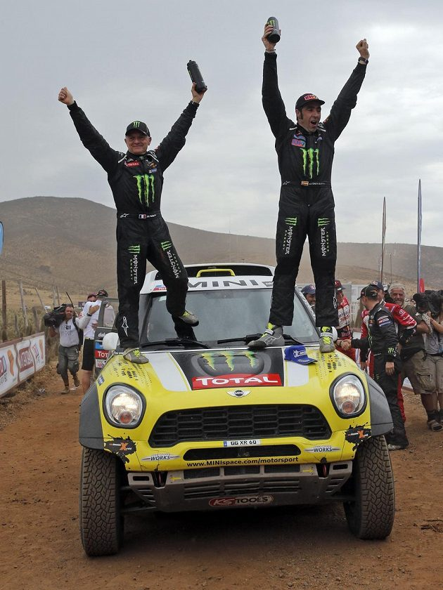 Španěl Nani Roma (vpravo) a jeho spolujezdec Michel Perin z Francie slaví ve Valparaisu na voze Mini triumf na Rallye Dakar.