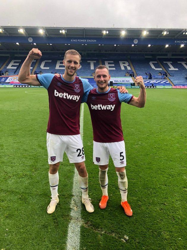 Tomáš Souček (vlevo) a Vladimír Coufal v barvách West Hamu po vítězství na hřišti Leicesteru.