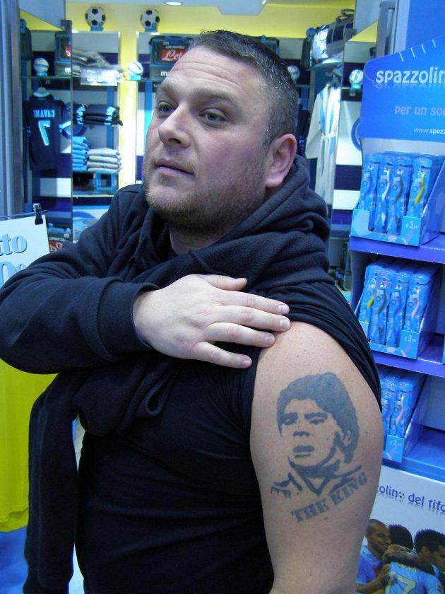 Ciro Terrano s tetováním Maradony, které si nechal vyrobit dávno po odchodu legendárního fotbalisty z Neapole.