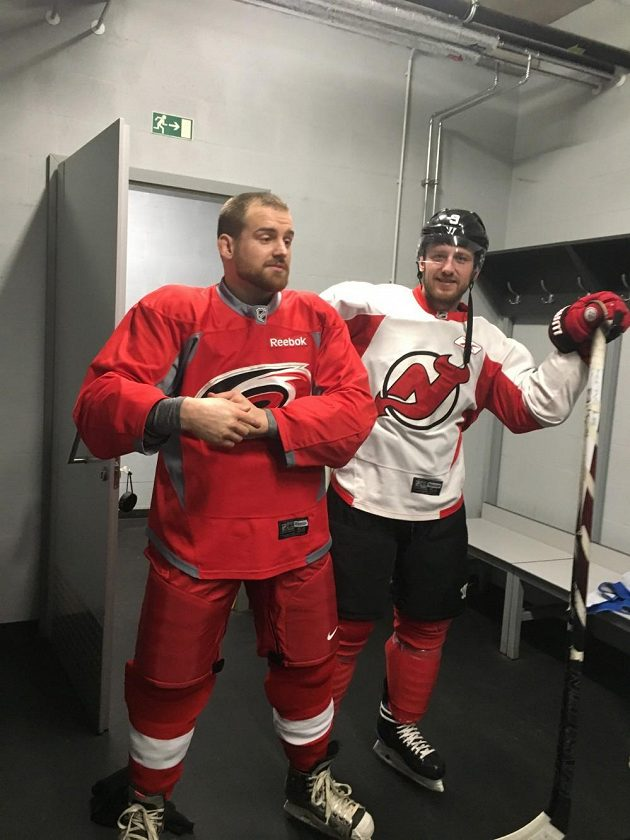 Patrik Kincl (vlevo) a Jiří Tlustý vyráží na led.