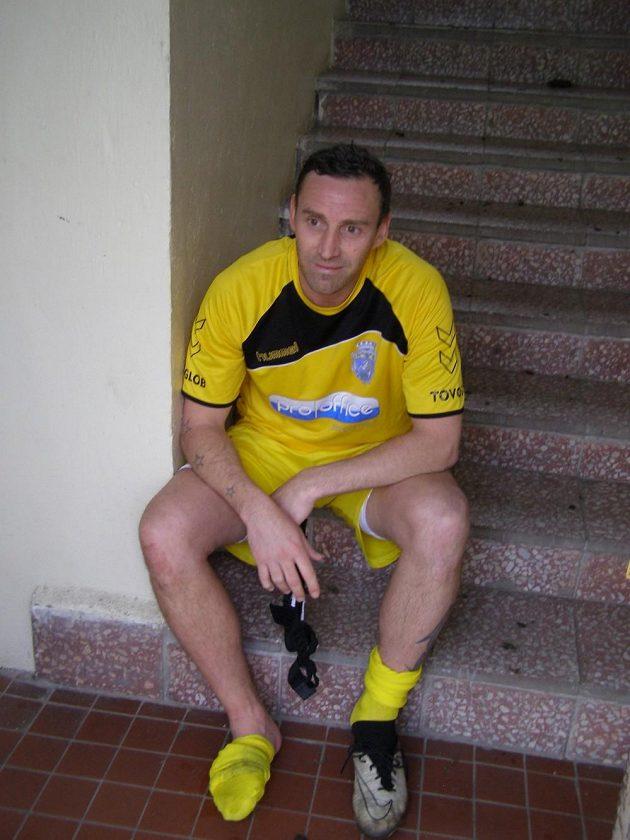 Jan Šimák vstřebává dojmy z prvního duelu v dresu Horního Jiřetína na schodech do šatny.