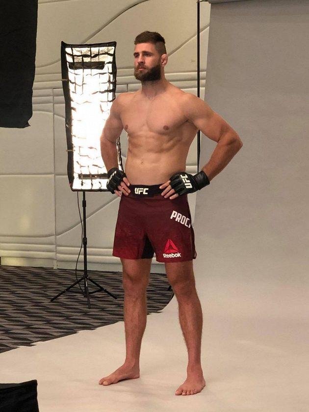 Jiří Procházka pro focení před premiérou v UFC v Abú Zabí.