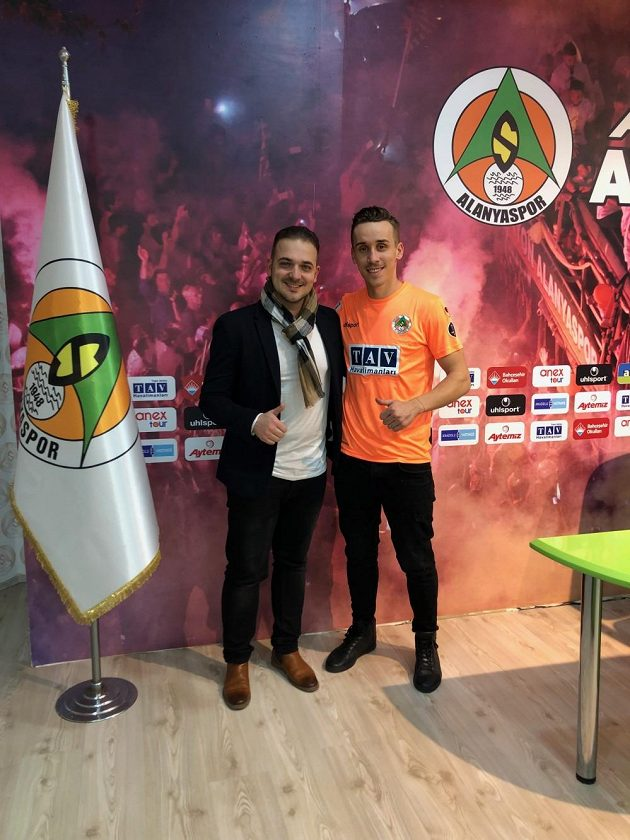 Josef Šural již oblékl oranžový dres Alanyasporu, vlevo jeho zástupce David Zíka.