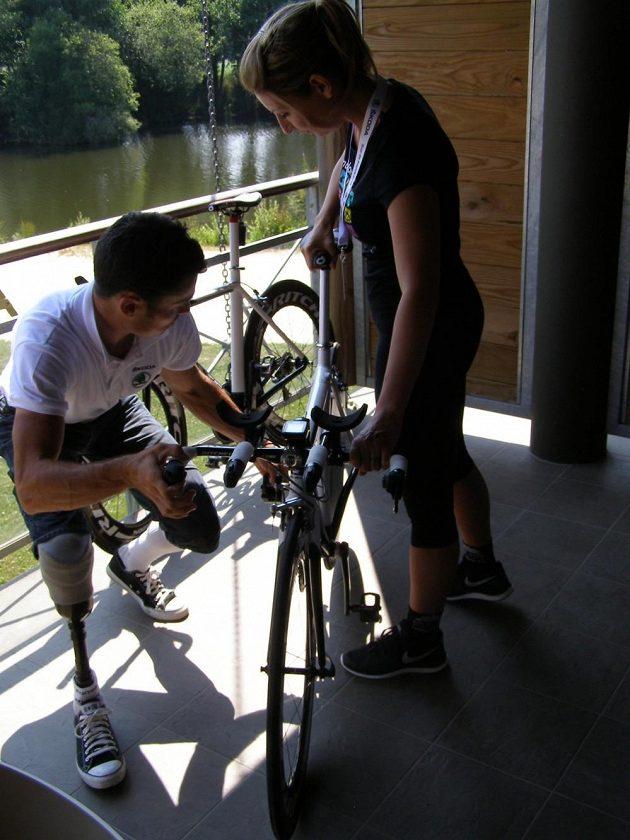 Jiří Ježek za pomoci manželky a manažerky Soni Ježkové chystá speciál pro svůj start v roli předjezdce při středeční časovce na Tour de France.