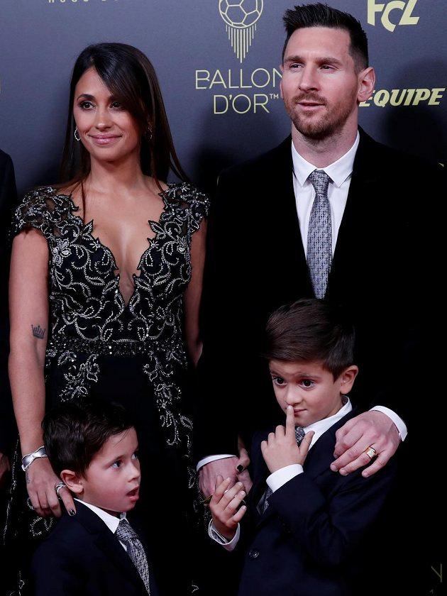 Lionel Messi na vyhlášení vzal rodinu.