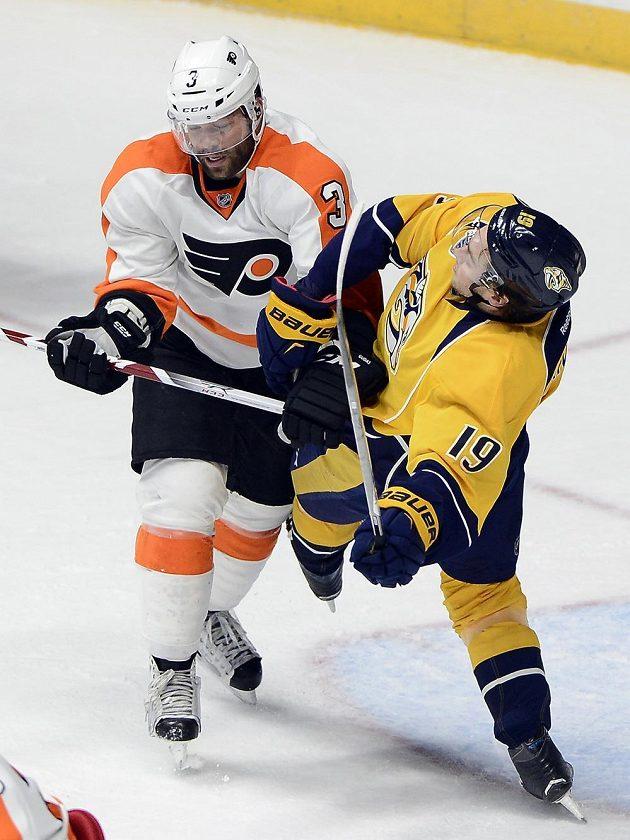 Obránce Philadelphie Flyers Radko Gudas (3) a Calle Jarnkrok z Nashvillu.