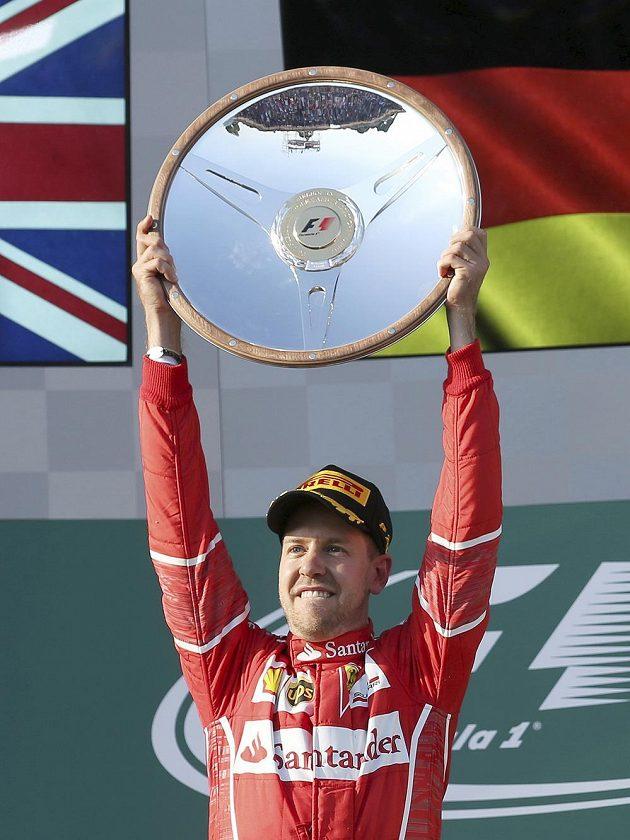 Sebastian Vettel drží trofej pro vítěze VC Austrálie