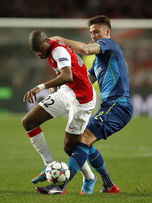 Útočník Arsenalu Olivier Giroud (vpravo) v souboji se záložníkem Monaka Geoffreyem Kondogbiou.