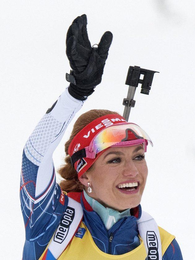 Vítězka Gabriela Koukalová v cíli závodu s hromadným startem v Oberhofu.