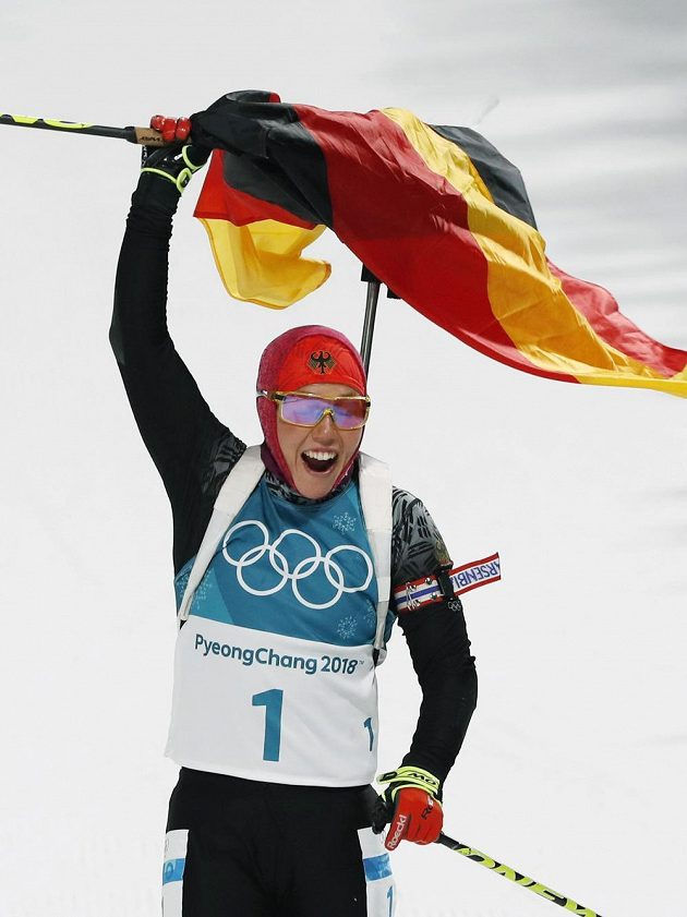 Němka Laura Dahlmeierová se raduje z triumfu ve stíhačce.