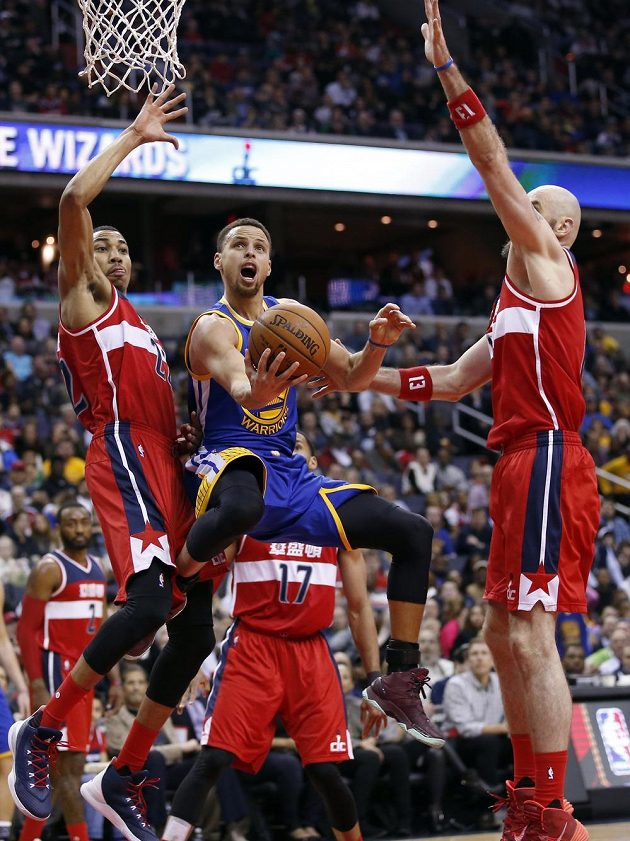 Stephen Curry (30) z Golden State a washingtonští Otto Porter Jr. (vlevo) a Marcin Gortat (13).