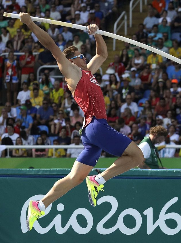 Český desetibojař Adam Helcelet skočil v tyčce 470 cm.