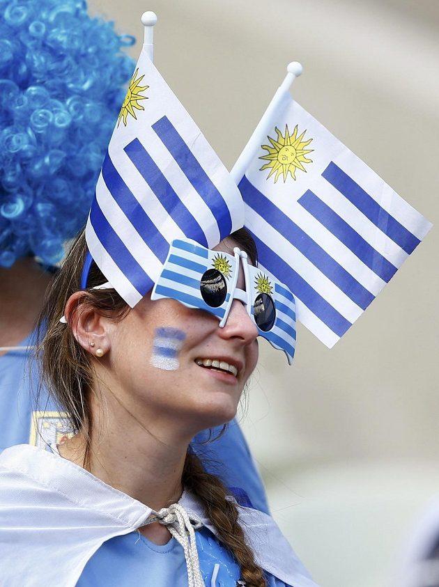 Fanynka Uruguaye ozdobila svou hlavu vlaječkami.