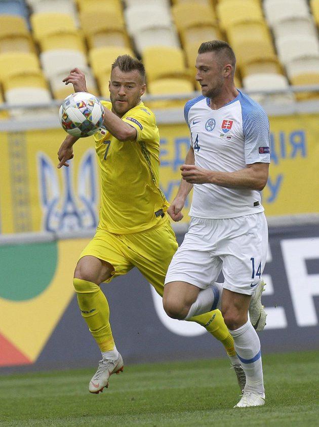 Zleva Ukrajinec Andrej Jarmolenko a Slovák Milan Škriniar.