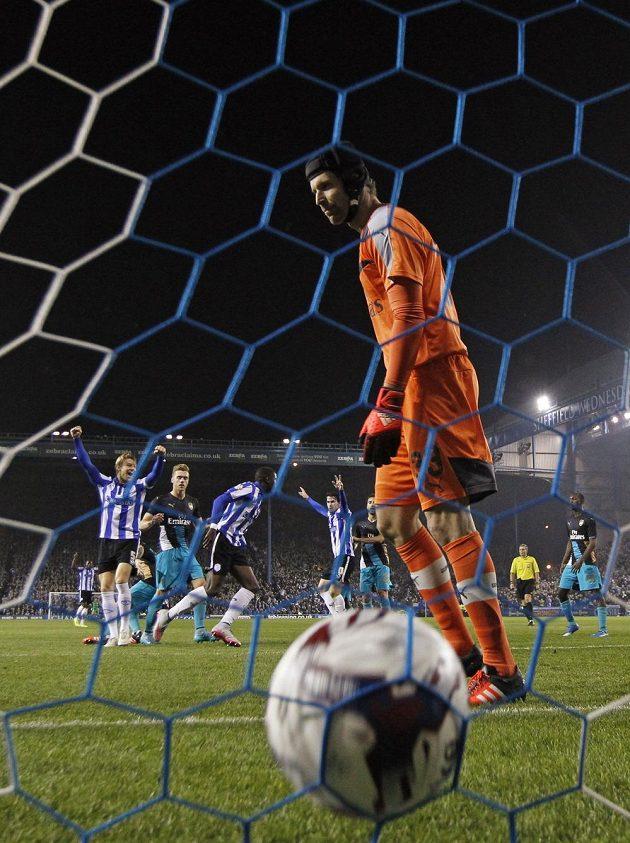 Lucas João dává druhý gól Sheffieldu Wednesday, v popředí překonaný Petr Čech v brance Arsenalu.