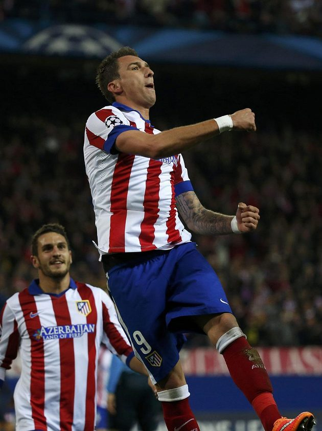 Chorvatský útočník ve službách Atlétika Madrid Mario Mandžukič se raduje z hattricku, který vstřelil v Lize mistrů v souboji s Olympiakosem Pireus.