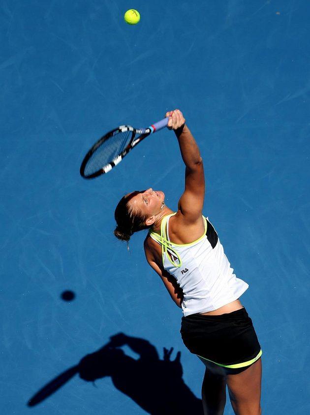 Česká tenistka Karolína Plíškova servíruje během prvního kola Australian Open.