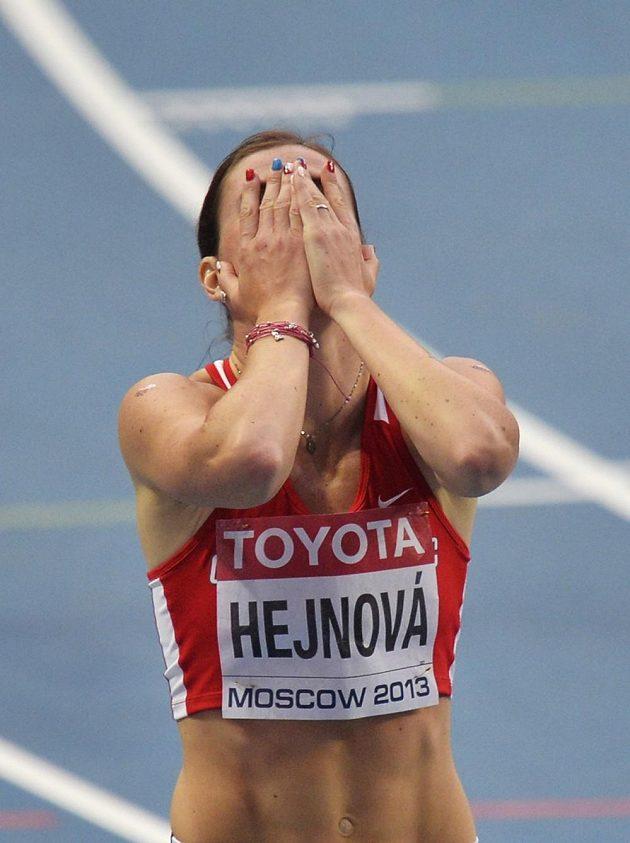 Zuzana Hejnová se raduje z vítězství ve finálovém závodě na 400 m překážek na MS v Moskvě.