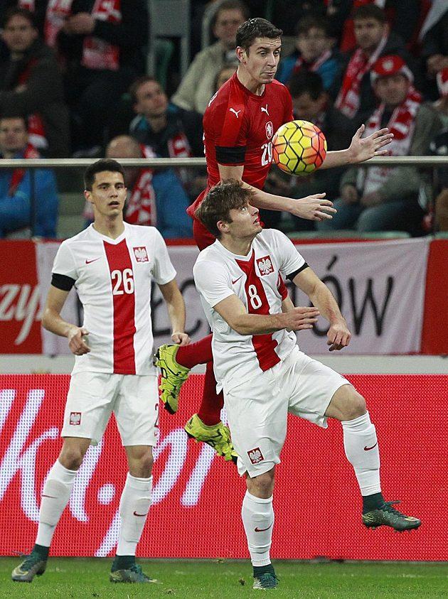 Polští fotbalisté Bartosz Kapustka (vlevo) a Karol Linetty stíhají Ondřeje Zahustela v přípravném duelu ve Vratislavi.
