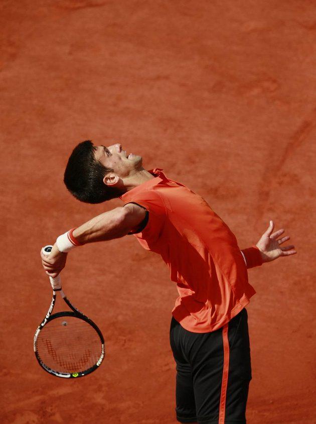 Srbský tenista Novak Djokovič podává ve finále French Open.