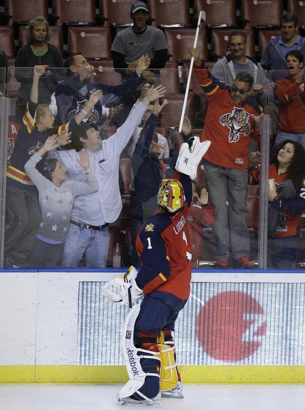 Brankář Floridy Roberto Luongo háže fanouškům hokejku poté, co byl vyhlášen hvězdou utkání s Carolinou.