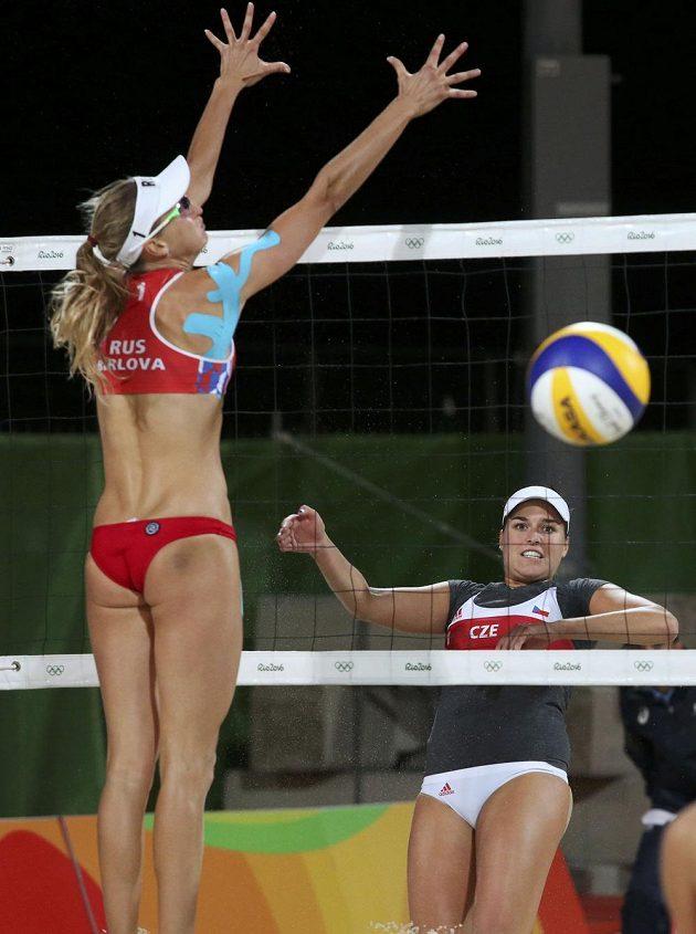 Jekatěrina Birlovová a Barbora Hermannová (vpravo) během zápasu.