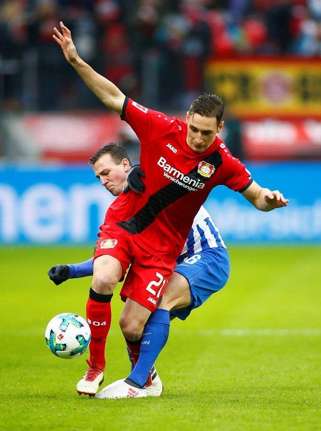 Vpředu Dominik Kohr (Leverkusen), za ním Vladimír Darida z Herty Berlín.